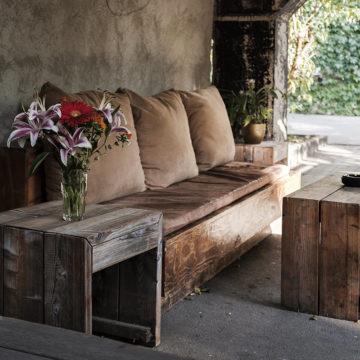 Vidéki báj, természetes anyagok, régi bútorok – Ez a rusztikus lakberendezés